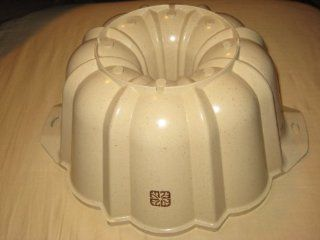 Vintage Littonware Large 4 Quart Microwave & Oven Heavy Plastic Fluted Bundt Cake Baking Pan (at least 2 cake mixes) Kitchen & Dining